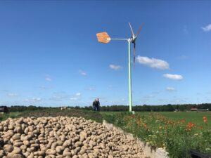 Foto van Arjan en Wilma Bosch bij zijn windmolen